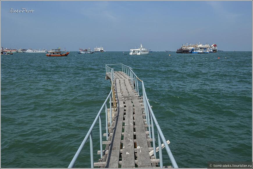 На такой мостик как раз бы выбегать бы какой-нибудь местной тайской Ассоль — встречать своего Грея - капитана суденышка, которое возит туристов на близлежащие острова...