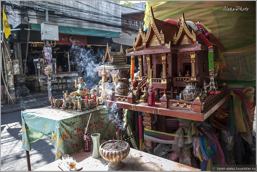 Еще один мини пантеон для богов - целый дворец в миниатюре, с массой божественных персонажей, проживающих в нем.