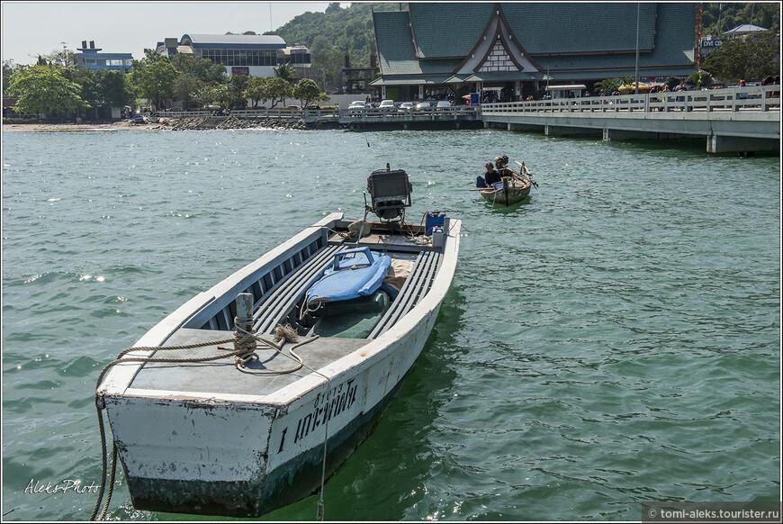 Некоторые нанимают небольшие лодки, но я бы этого не советовал. В тот день, когда мы плавали на Ко Лан, ближе к вечеру были огромные волны. Думаю, вам бы не очень понравилось в таком суденышке болтаться на волнах...