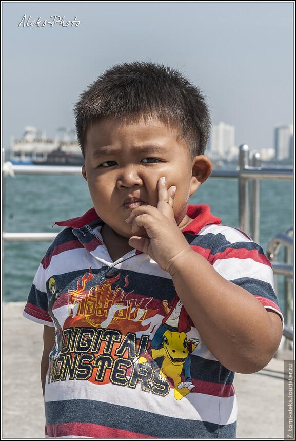 Еще один кадр Буддочки. Прикольно, что здесь малыш уже заставляет себя позировать. Назойливый иностранец с фотоаппаратом ему порядком надоел...