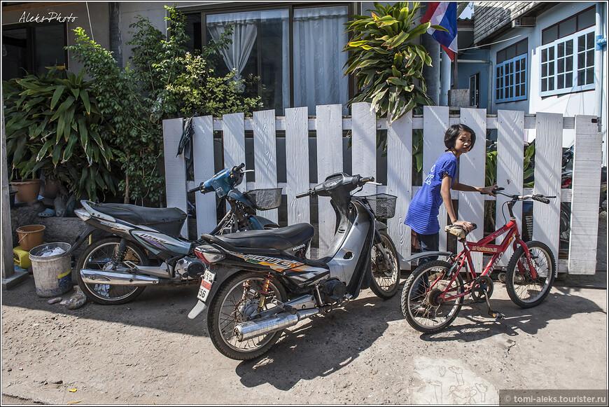 В деревушке пара-тройка улочек. Всюду — уютные домики котеджного типа. Здесь течет своя неспешная жизнь. Как я понял, многие ездят на корабликах на работу в Паттайю, а вечером возвращаются на свой спокойный остров, где даже толком нет нормальных автомобильных дорог.