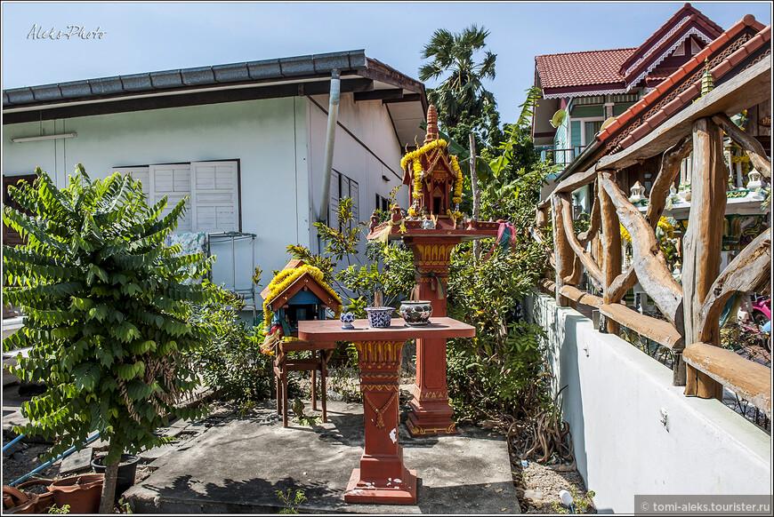 На остров можно добраться с пирса Паттайи Бали Хай, как городскими паромами (стоят 30 бат), так и частными, которые стоят дороже, но довозят туристов прямо до пляжей.   Дома местных жителей своей сайдинговой обшивкой уже больше смахивают на цивилизованные дачи. и Во двориках местных домов — так любимые тайцами всяческие мини-домики — храмики с подношениями богам.