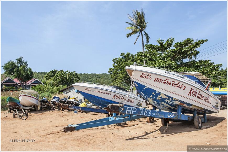 Административно Ко Лан относится к ампхе (райну) Бангламунг в провинции Чонбури.  Лодки на берегу, обслуживающие туристов.