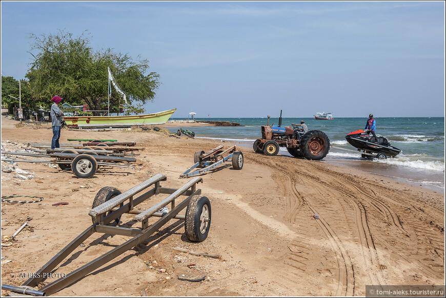 Таким вот образом приспособились вытаскивать лодки на берег. Быстро и удобно. Для вытаскивания лодок используют платформы на колесах.