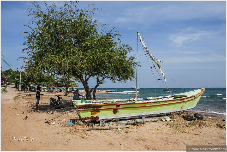 """Потрепанный штормами """"флот"""" островных рыбаков. Как вы уже поняли, мы движемся вдоль берега пешком. Обычно мало кто поступает также. Те кто прибыли на пляжи, добираются туда на сонгтео или тук-туках. Дорог на острове мало."""