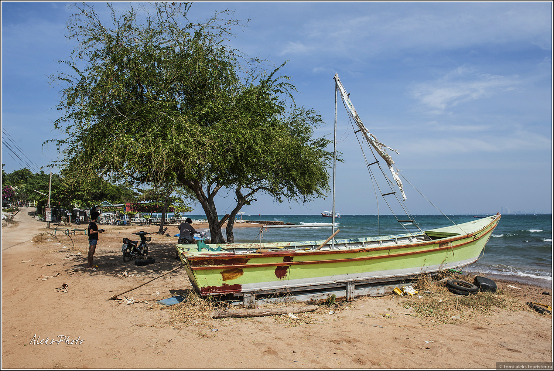 """Потрепанный штормами """"флот"""" островных рыбаков. Как вы уже поняли, мы движемся вдоль берега пешком. Обычно мало кто поступает также. Те кто прибыли на пляжи, добираются туда на сонгтео или тук-туках. Дорог на острове мало. , 10. Остров плешивых собак (Таиланд)"""