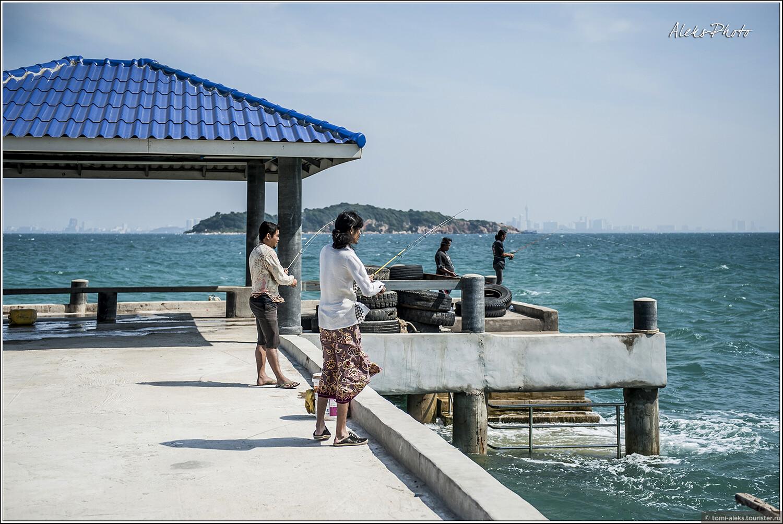 Тайцы рыбачат себе в удовольствие. Обратите внимание, что этот парень одет в длинную юбку. То ли это трансвестит, которых много в Паттайе, то ли такова национальная традиция, чтобы мужчины носили юбки..., 10. Остров плешивых собак (Таиланд)