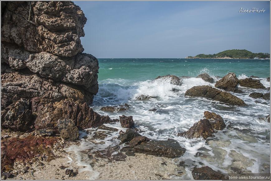 Вот мы и зашли в первый тупик. Как и следовало ожидать, обойти остров вдоль берега невозможно. Пляжи расположены в разных частях. И между ними прямо к воде спускаются скалы. Обходим их стороной, для чего приходится сделать большой крюк.