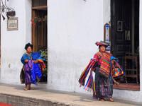 Гватемала. Люди на фоне города.