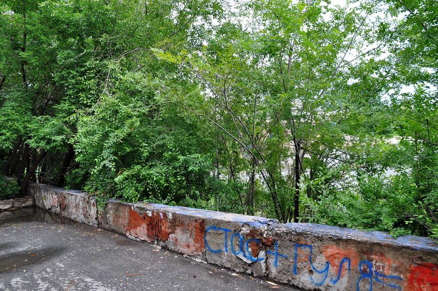 09. К сожалению наслаждаться рекой на протяжении всей набережной нельзя – современное озеленение.