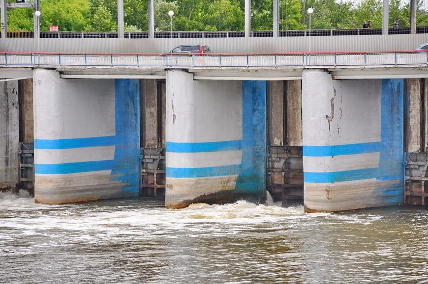 16. Ворота плотины с трудом сдерживают потоки безумного Тобола.