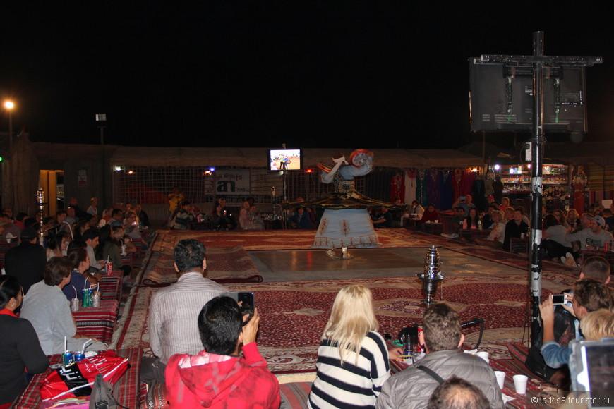 А потом начинается шоу. На площадку вышел мужчина, который без перерыва вращался, делая при этом фигуры из бубнов.
