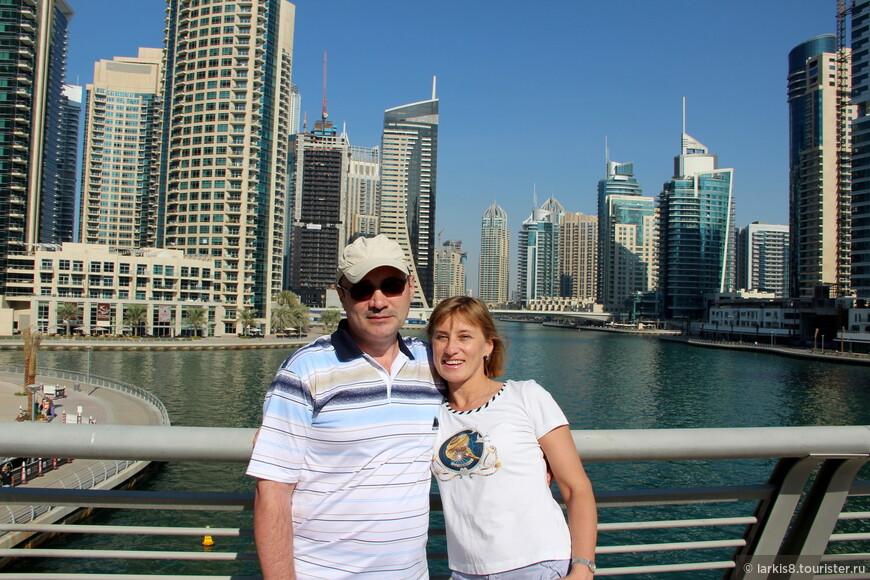 Мы с мужем на фоне канала с двух сторон плотно застроенном интересными зданиями.