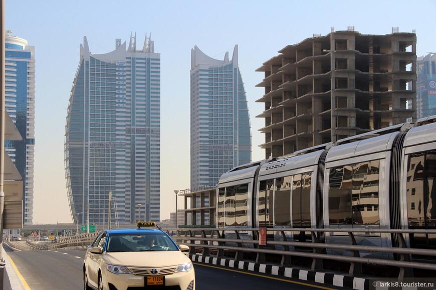В Дубай-Марине существует свой районный трамвайчик такого вида. Ну, и такси, конечно.  А двойной округлый небоскреб мне понравился.