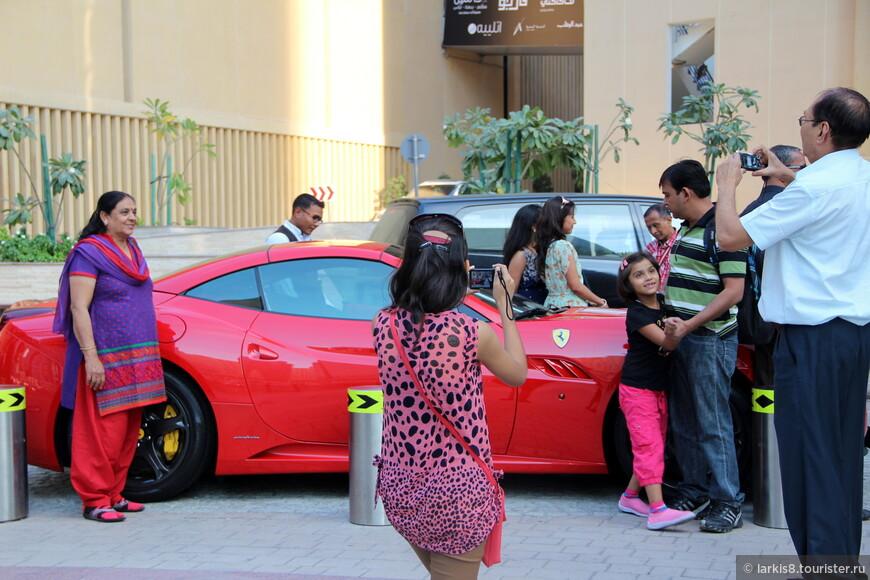 В Дубае достаточно часто встречаются машины, около которых многим просто сфотографироваться - уже радость!