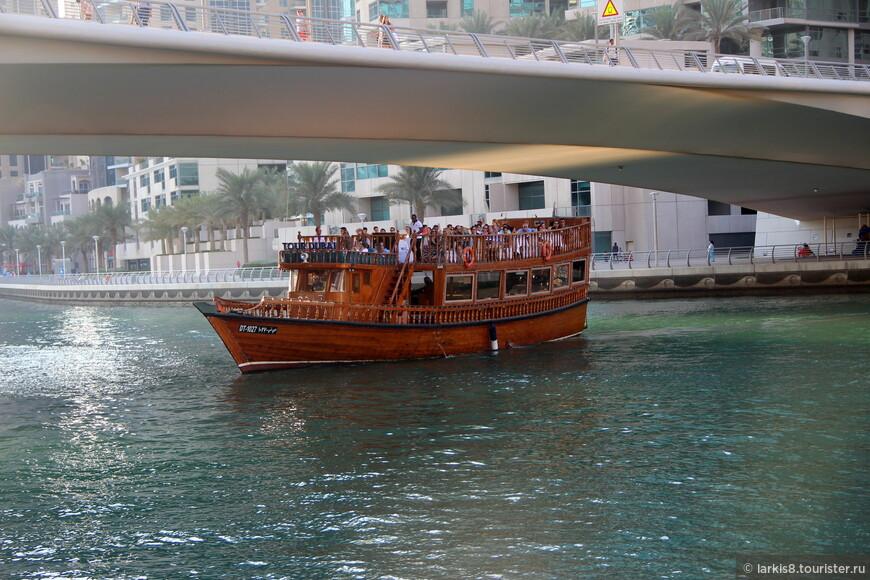 Мы ОЧЕНЬ долго искали место, откуда начинаются экскурсии на лодках Доу. Оно не обозначено НИКАК! Есть причал для больших современных лодок, но нам сказали, что Доу останавливаются не там. Потом, достаточно долго, идет набережная со сплошным ограждением  вдоль канала. Около следующего спуска к воде вам показывают, что для посадки на лодку надо идти назад. Мы пару раз пробежали этот маршрут, показывая фото с Доу и спрашивая, где мы можем на нее сесть? Мы были не одиноки. Так же гоняли по берегу пожилую немку с больными ногами, которая передвигалась с палками вдоль забора и ругалась на всю набережную.  Потом мы спустились на какой-то плавучий мостик , но причалившая Доу никого не посадила, и только на следующую лодку нас всех (нас уже набралось человек 20) наконец посадили. Оплата была на месте. Такого я не видела нигде! Чтобы туристы не могли найти одно из основных развлечений! Ругались все!