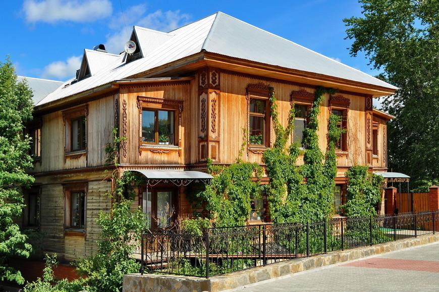 22. Смотрите, какой красавец! Так хорошо сделан дом, что даже пластиковые окна можно простить.