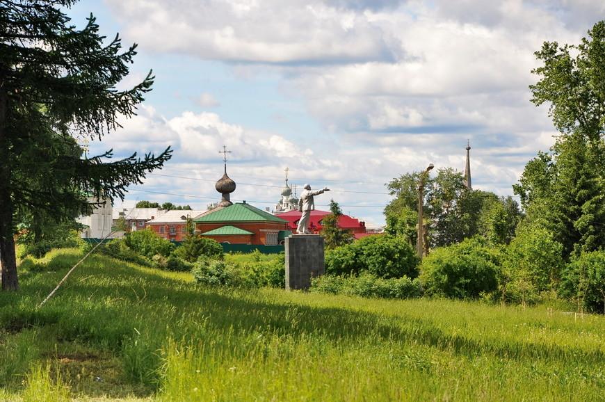 33. Ульянов, как городской сумасшедший, общается с лесными жителями. Не знаю кто так установил памятник, но чувство юмора у автора отличное.