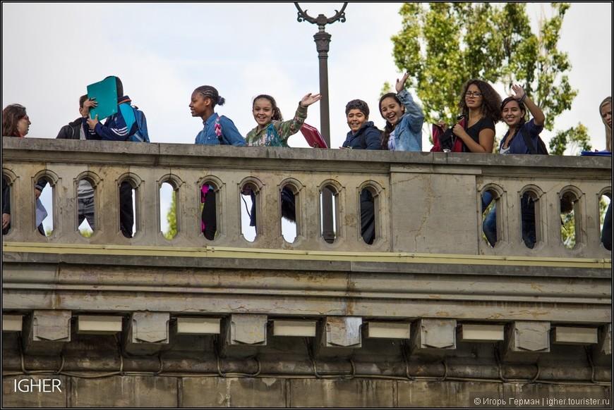 Фотографией здоровающихся детей и одного скромного мальчика продолжаю нашу прогулку по Сене