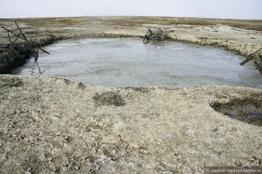 Таманская грязь - это кладезь полезных минеральных веществ, поэтому на многих вулканах созданы специальные купальни для принятия лечебных процедур.