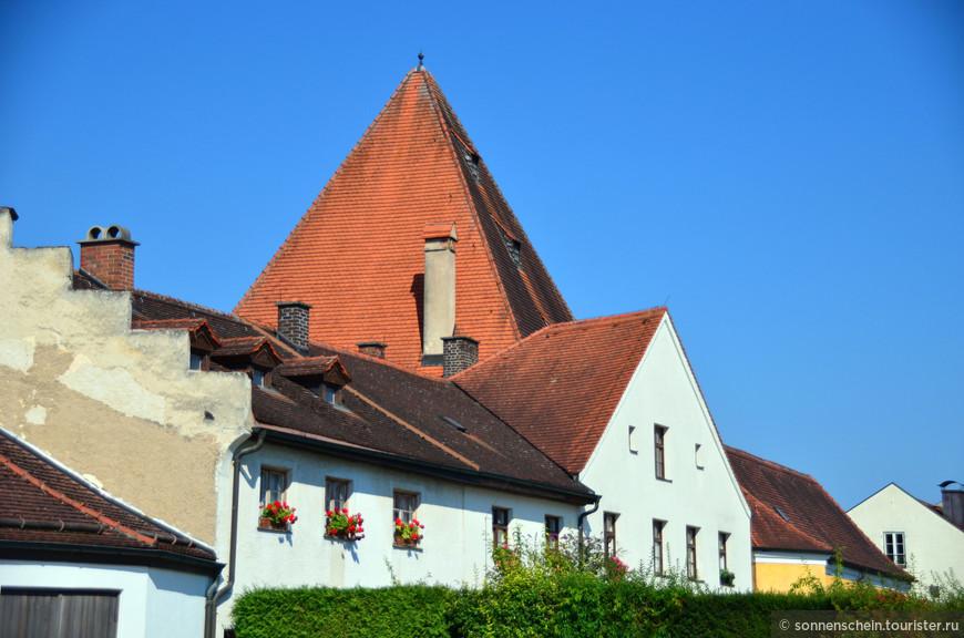 Бургхаузен- один из самых больших замков в Германии и самый длинный замок Европы (его длина 1043м). В замке шесть дворов, относительно обособленных друг от друга. Раньше каждый двор выполнял свою функцию и был самостоятельным бастионом с отдельным входом, подъемным мостом и рвом. В башнях жили все обитатели замка – лесники, смотрители амбаров, судебные служащие и казначеи.