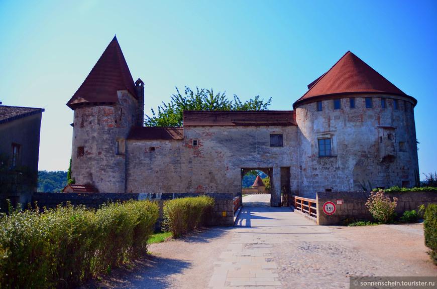 В 1255 году произошел раздел Баварии на Нижнюю и Верхнюю. Замок Бургхаузен стал второй резиденцией герцогов нижней Баварии после Ландсхута. С к. XIV по нач. XVI постройки были расширены и стали занимать территорию вдоль всего замкового холма.