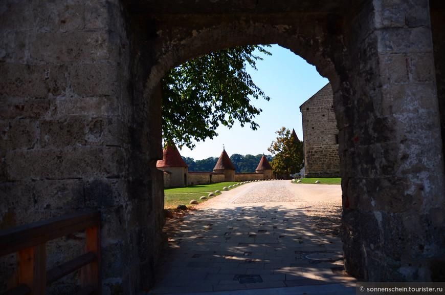 В целом, создаётся впечатление, что этот замок был задуман как неприступная цитадель и очевидно, перенёс не одну осаду, но как ни странно, замок Бургхаузен не пережил ни одной войны и за всю свою историю не подвергался ни одному серьёзному нападению.