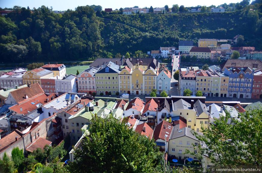 С крепостных стен хорошо просматривается весь город. На востоке Баварии, на берегу реки Зальцах, по которой с 1779 года проходит граница Германии с Австрией, расположен город Бургхаузен. Два берега реки, как и 450 лет тому назад, соединяет мост, что свыше сорока лет тому назад капитально отремонтировали совместными усилиями две страны.