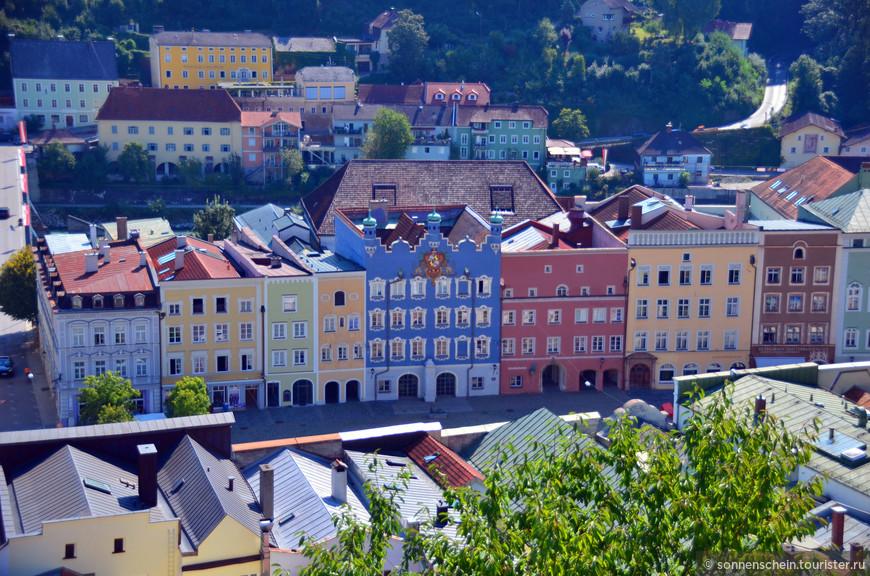 Как и много городов на юго-востоке Германии и западе Австрии, он построен в одну линию, длинной улицей, по обе стороны которой стоят дома, плотно склеенные друг с другом боками.