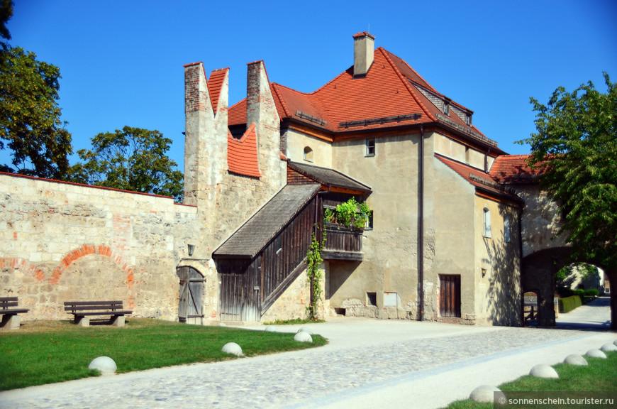 В одиннадцатом веке древнейшей крепостью Бургхаузена владел Генрих Лев – основатель Мюнхена, а перестроил ее впоследствии другой Генрих   -  Тринадцатый, герцог Нижней Баварии. Веками крепость была вторым домом для многих баварских герцогов, их жен и детей.