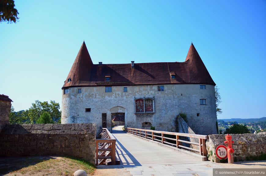 Во второй двор можно попасть через «Ворота Георга», они были построены в честь свадьбы Георга Богатого и польской принцессы Ядвиги в XV веке.