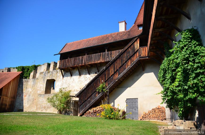 Место расположения конюшен, тут же находится здание Оружейной палаты, построенное в начале XV века.