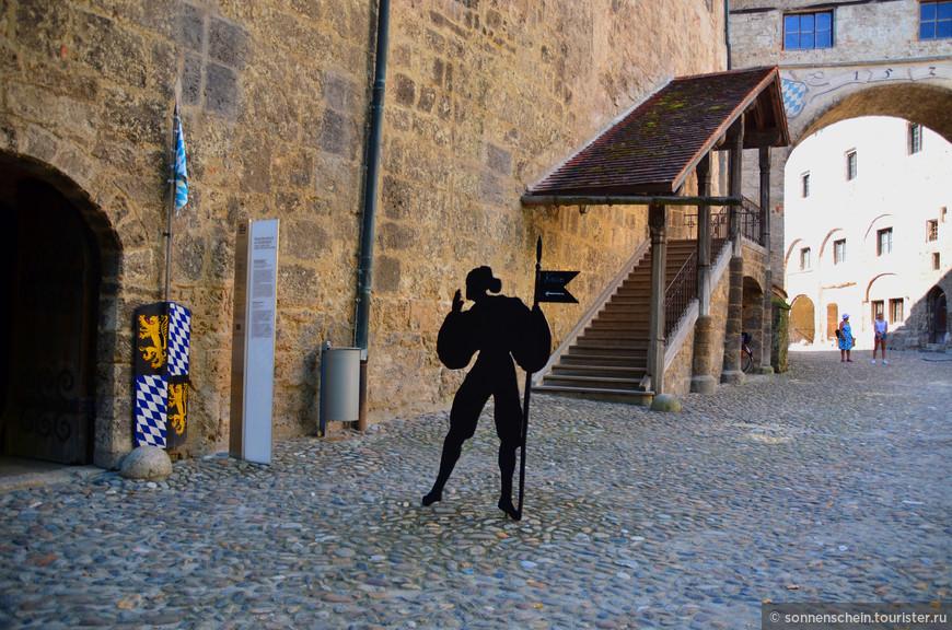 Сегодня в замковом комплексе размещается музей. В нижнем этаже главного здания находится Готический зал и бывшие герцогские покои. Типичный готический интерьер сохранился и сегодня – гобелены, оружие, картины и мебель.