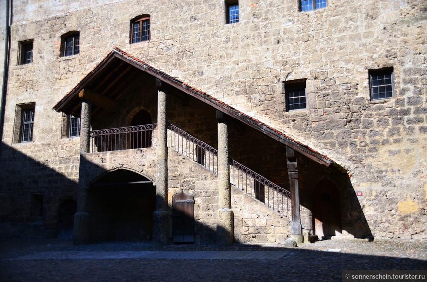 В Рыцарском зале  обедали, здесь же находился винный погреб.