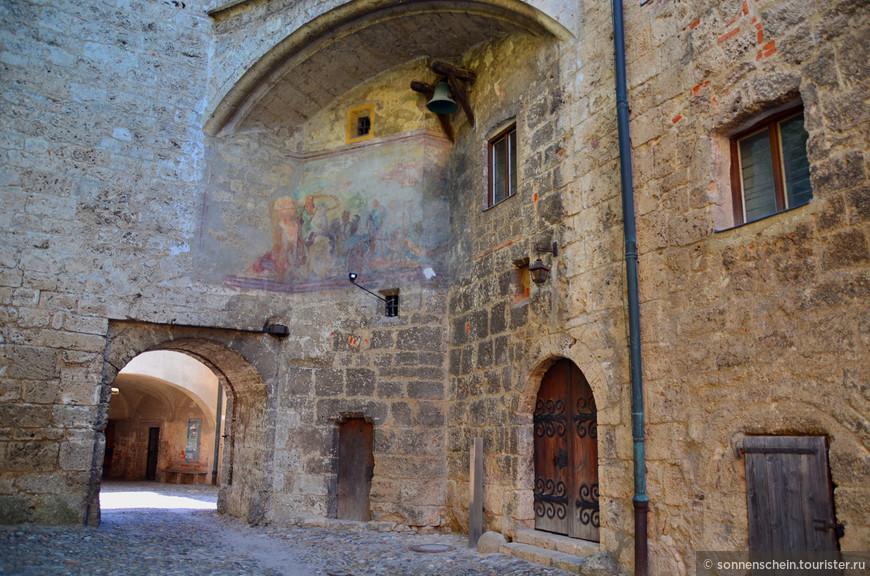 История замка тесно связана с историей Баварии. Бургхаузен приобрел свой нынешний облик, готовясь к вторжению войск Османской империи в XV веке.