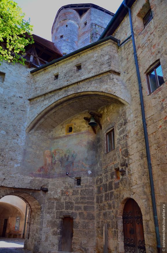 Здесь  жили герцоги, тут была их дворцовая резиденция, а также казначейство и апартаменты герцогини.