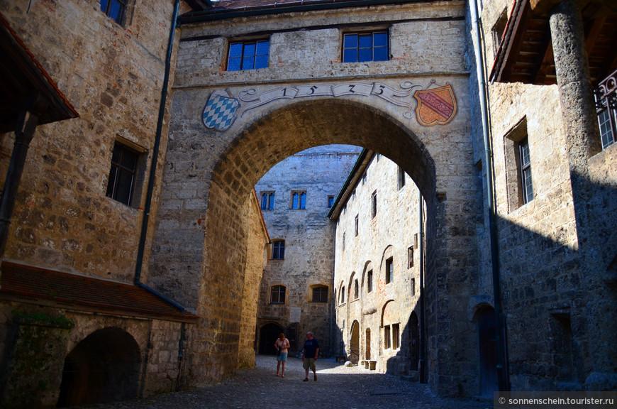 Мощные пятиметровые стены, рвы, внутренние дворы, донжон, разводные мосты и залы строились в XIII- XV веке. В конце XIX столетия были отреставрированы основные замковые постройки, а в 1960 году реконструкции подвергся весь участок, мероприятия для посетителей с 2004 года проводятся в  Рыцарском зале.