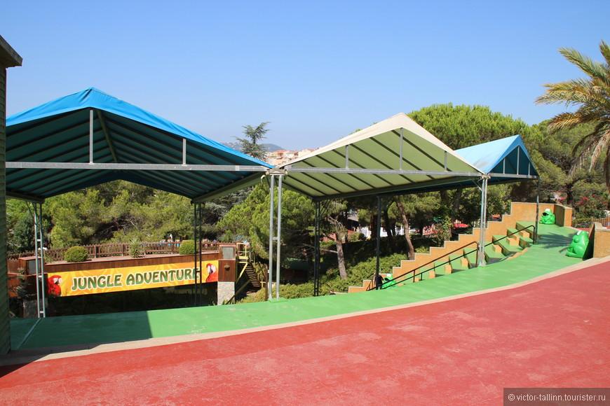 Арена под открытым небом, где проводятся шоу попугаев.