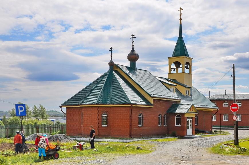 02. Строительство (ремонт) церкви. Работают прихожане.