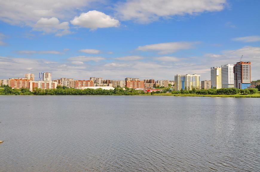 13. Виды города с противоположной части пруда. Первоуральск – крупный город по нашим меркам, четвертый по населению в области.