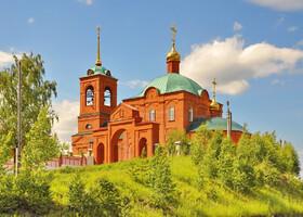 18. Церковь Петра и Павла 1993 года постройки. Очень удачное место расположения на холме.