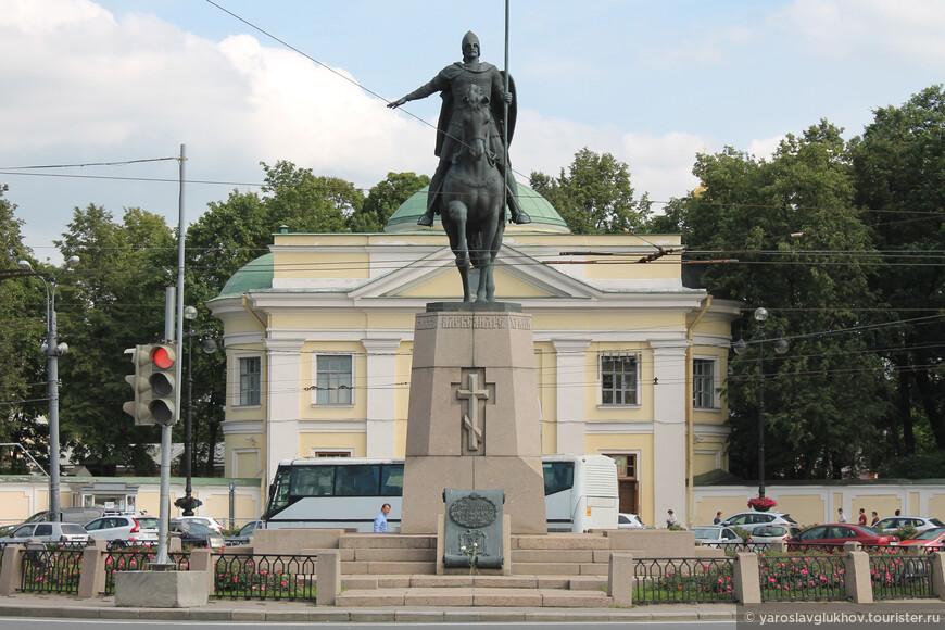 Перед входом в лавру находится площать Александра Невского и памятник ему, установленный здесь в 2002 году.