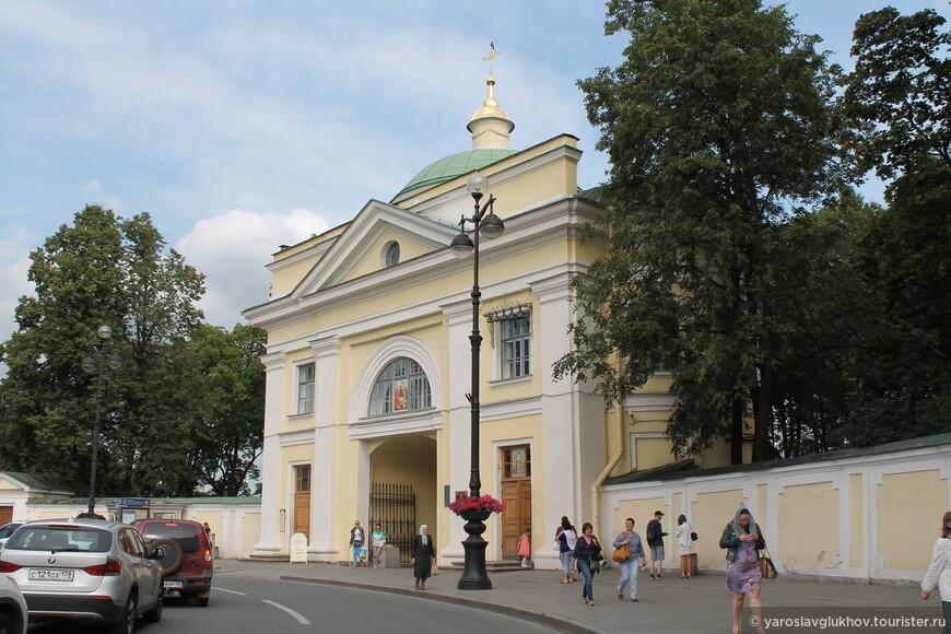 Надвратная церковь, с которой и начинается знакомство с Александро-Невской лаврой.