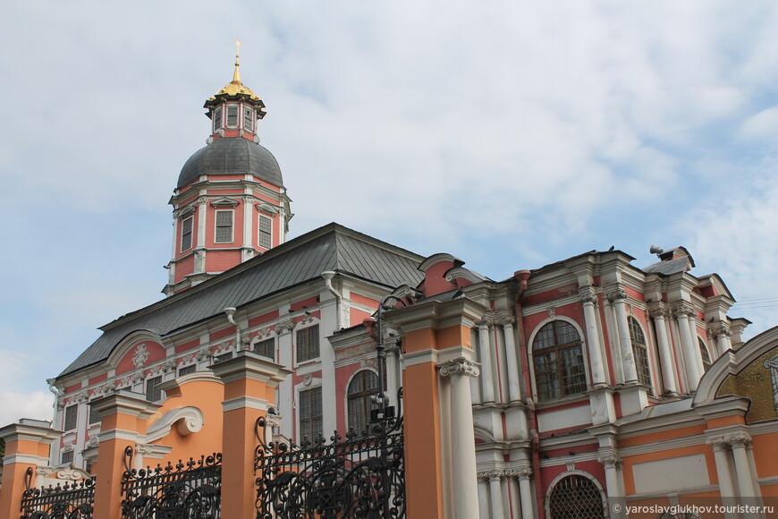 Благовещенская церковь — необычна тем, что имеет непривычный розовый цвет.