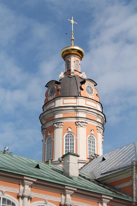 Оранжевая Фёдоровская церковь красиво смотрится. Возле неё так тихо и так умиротворённо.