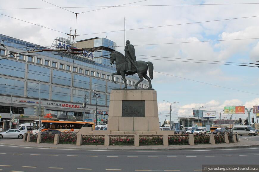"""Площадь Александра Невского встречает шумом большого города. С одной стороны — лавра, а с другой — современная гостиница """"Москва"""". Здесь мы и закончим знакомство с лаврой."""