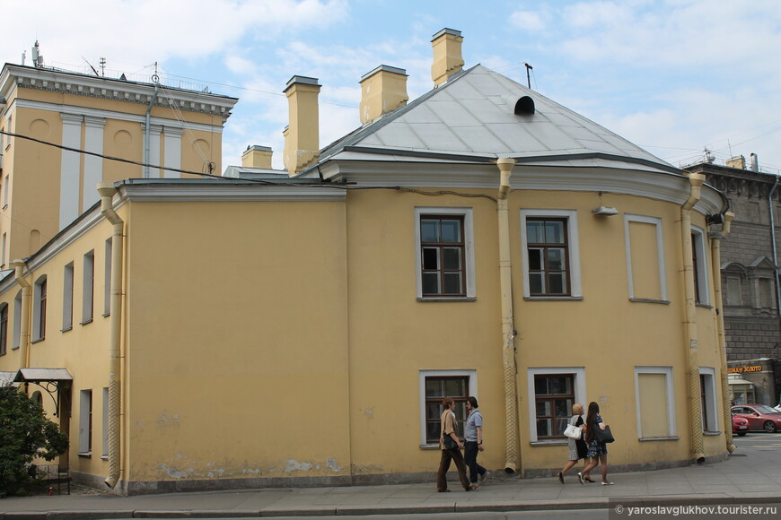 Жилой дом Свято-Троицкой Александро-Невской лавры на Невском проспекте.