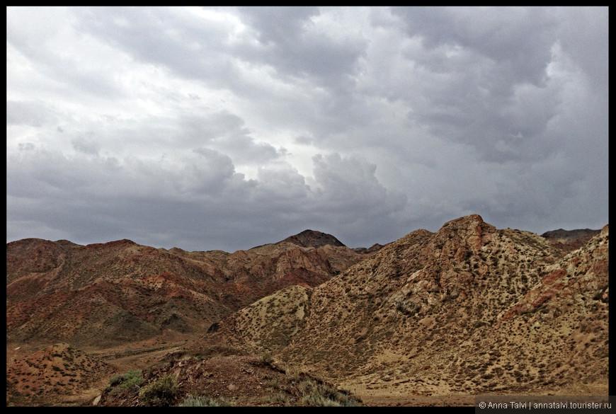 Ближе к вечеру надвигалась буря, поднялся сильный ветер, пришли густые серые тучи и мы собрать обратно в Алматы