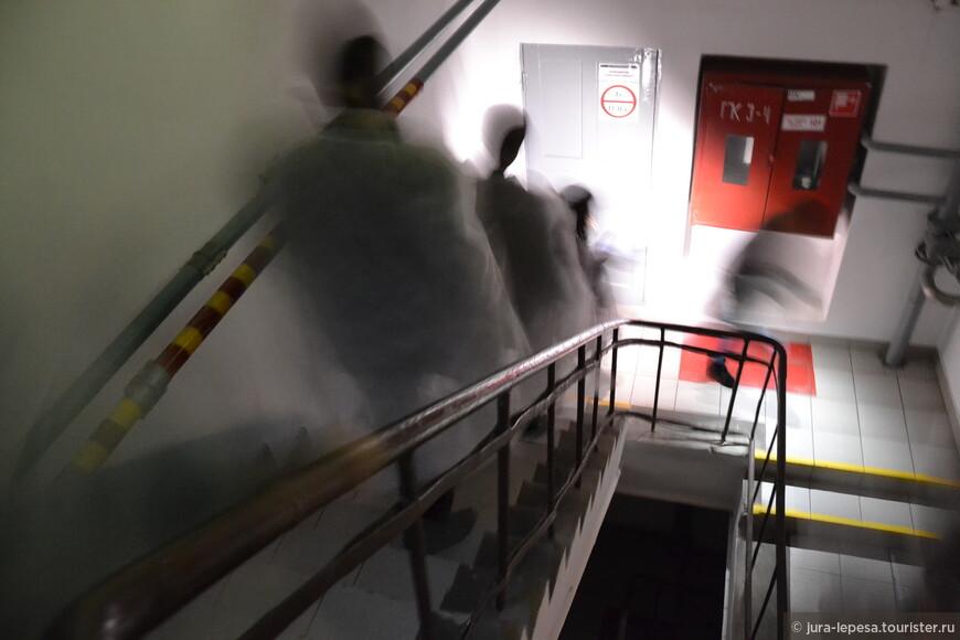 А мы все бегаем по этажам,то и дело нагибаясь,чтобы не расшибить лоб.Это место вообще не предназначено для экскурсий.