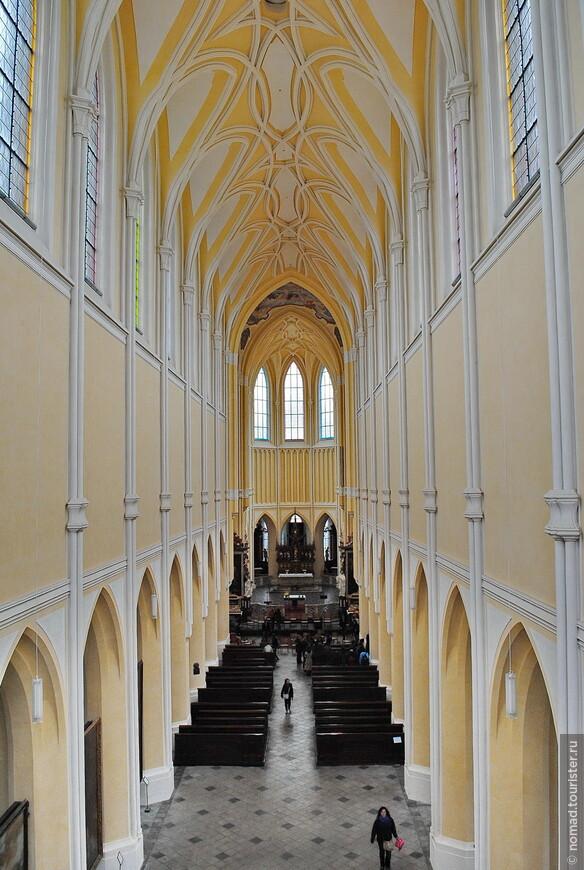 Собор Вознесения Девы Марии, вид с балкона на центральный неф